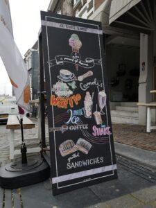 krijtbord tekening met ijsjes, koffie, shakes en broodjes in nijmegen